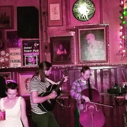Inner Town Pub best ramen in chicago;